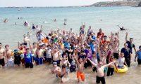 رحلة مائية لطلاب عالم الفرقان في طرابلس إلى شاطئ المنية