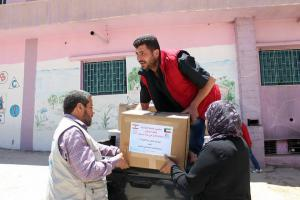 توزيع طرود غذائية في عرسال-002
