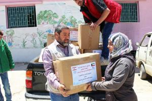 توزيع طرود غذائية في عرسال-006