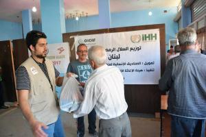 جولة على مخيمات النازحين في البقاع وتقديم المساعدات بالتعاون مع IHH-003