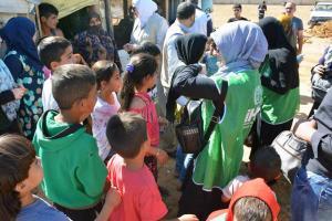 جولة على مخيمات النازحين في البقاع وتقديم المساعدات بالتعاون مع IHH-006