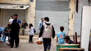 """توزيع حلوى في بيروت ضمن فعاليات """"كأنه بيننا ﷺ"""""""