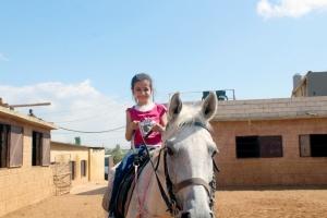 ركوب خيل ورحلة بحرية.. النشاط الثاني لدورة فتيات الفرقان في طرابلس